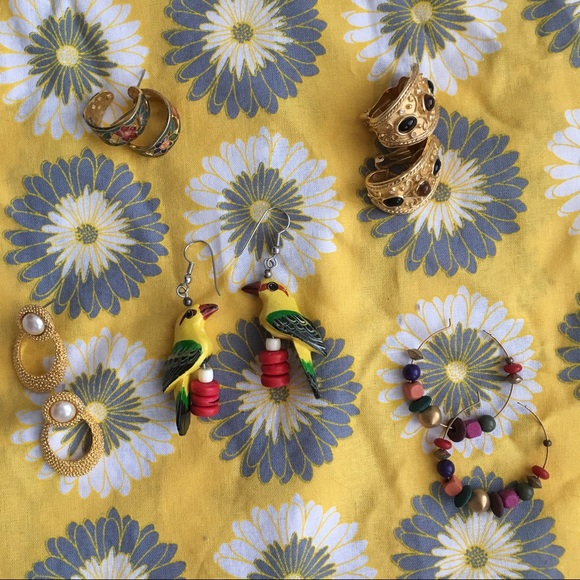 Jewelry - (2/$10) Variety of vintage earrings (one piece)
